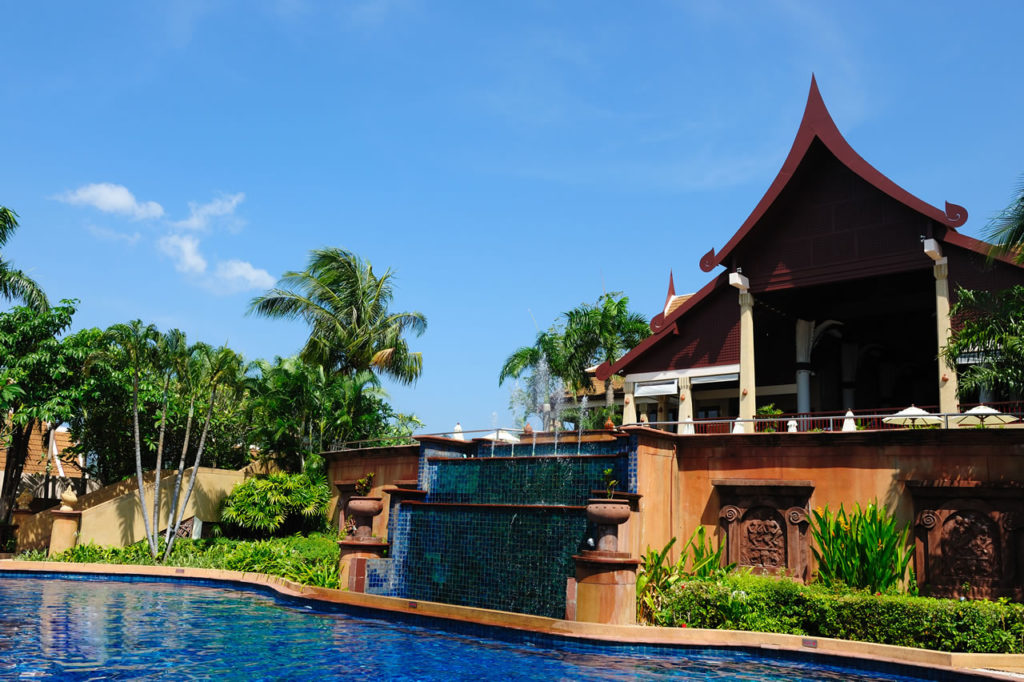 swimming-pool-in-hotel-l
